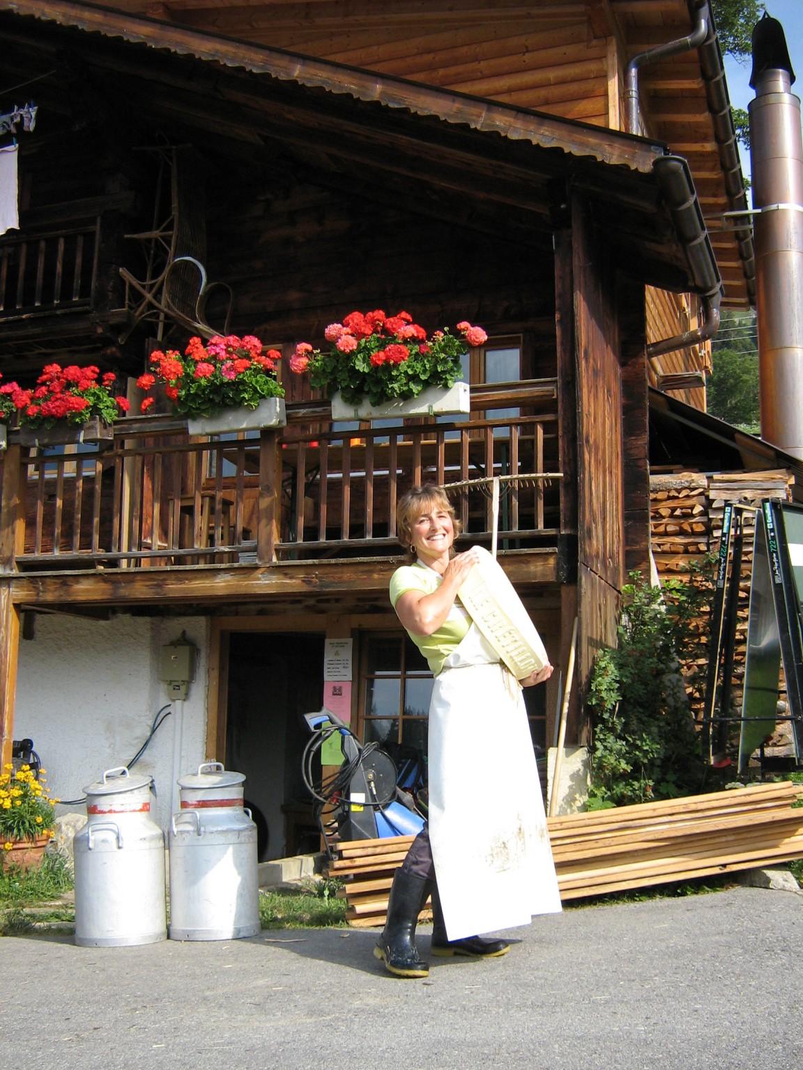 Esther qui transforme le lait d'alpage en de délicieux fromages au parfum de Serpolet.