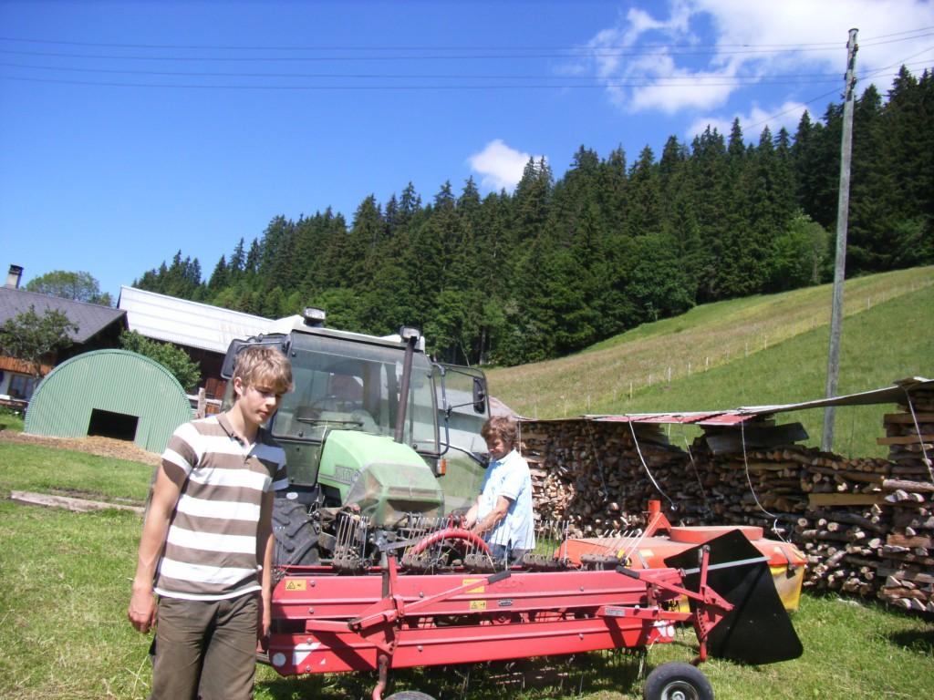 Jean-Claude qui trait les vaches, fait les foins, coupe le bois... et effectue tous les travaux qu'un paysan de montagne doit effectuer.