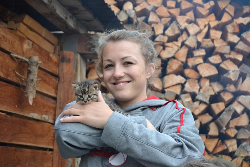 Héloïse avec un chaton (nous avons chaque été des chatons)